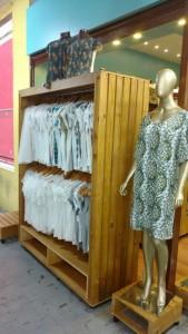 Arara de roupas, modelo ripada com base e varao duplo, acabamento Mel, projeto loja de roupas Dorkas