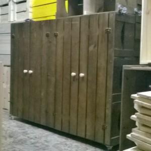 Armario de caixotes com portas ripadas - Modelo com 9 caixotes, 4 portas e base com rodizios - acabamento tabaco