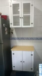 Armario de caixotes para cozinha _Modelo com portas cristaleira e porta ripada - acabamento branco e Mel (2)