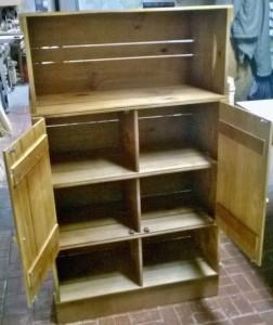 Armario de caixotes para cozinha, modelo com portas e prateleiras, acabamento mel