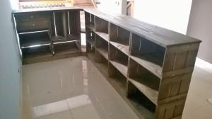 BALCAO DE CAIXOTES - MODELO COM DISPLAY DE CANTO - MEDIDAS 2,70 X 1,50m - ACABAMENTO CASTANHO