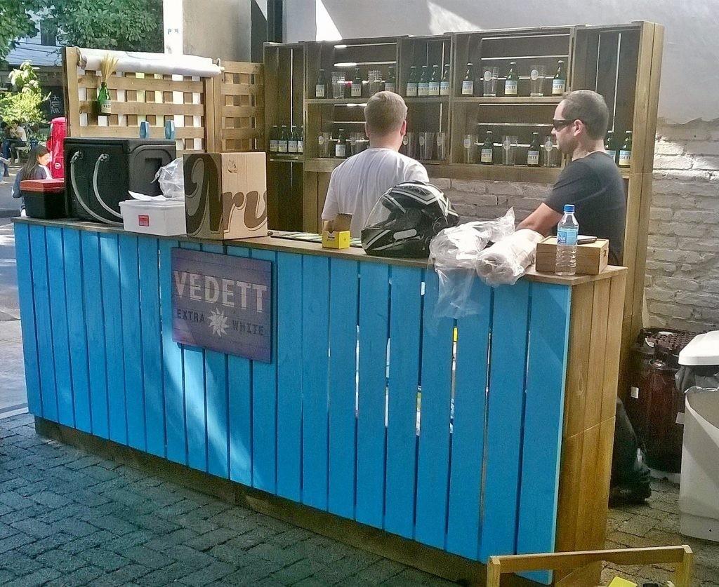 Balcao bar, modelo com painel frontal ripado e estante de caixotes no fundo - projeto cerveja Vedett