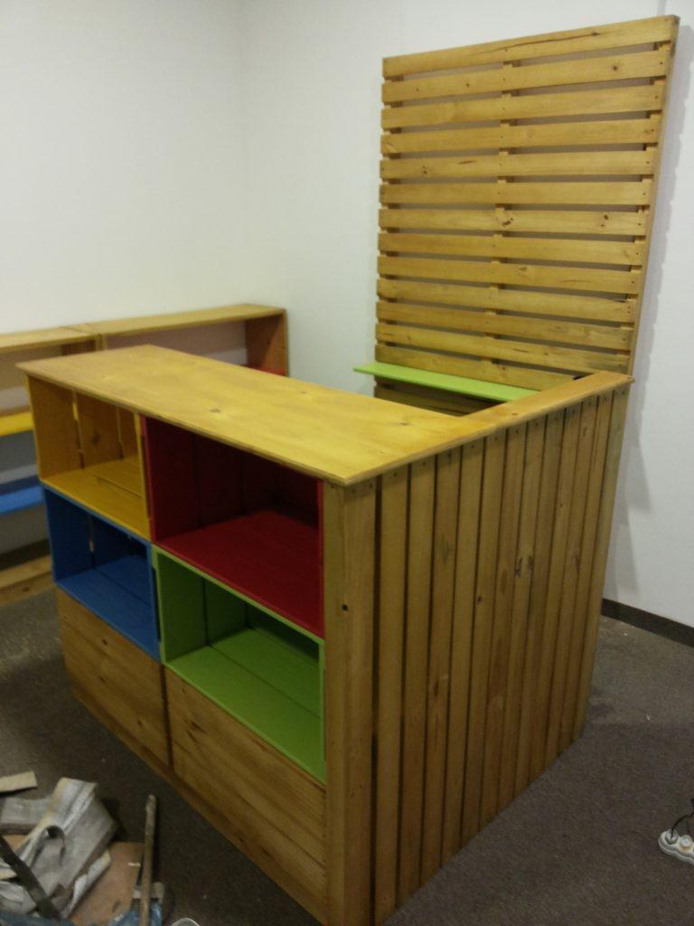 Balcao de Caixotes - Modelo com caixotes coloridos e painel lateral - Acabamento Mel e coloridos - Medidas 1,20 x 1,00m - Ref. Livraria