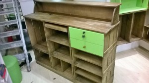 Balcao de atendimento - Modelo com caixotes e frente ripada, tampo e sobre-tampo - acabamento castanho e frente de gavetas verdes -