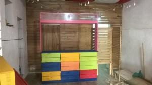 Balcao de atendimento com acabamento colorido - projeto loja de roupas infantil