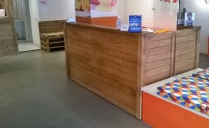Balcao de atendimento - modelo ripado de madeira - projeto Paleteria