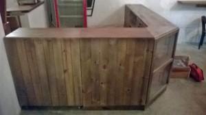 Balcao de caixotes de madeira - modelo com frente ripada e expositor de canto - acabamento castanho - fabricado sob encomenda