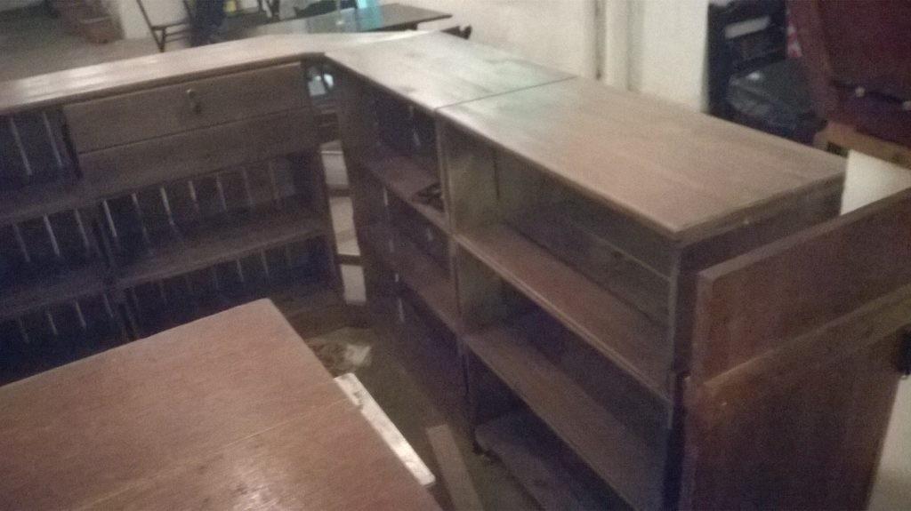 Balcao de madeira - modelo com frente ripada e expositor de canto - acabamento castanho - fabricado sob encomenda (2)