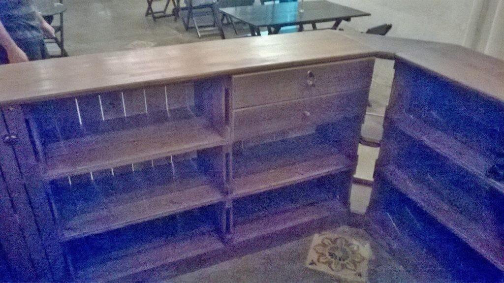 Balcao de madeira - modelo com frente ripada e expositor de canto - acabamento castanho - fabricado sob encomenda (3)