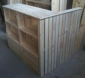 Balcao em L - Modelo com caixotes invertidos, com painel ripado lateral - Medidas 1,20 x 1,00 - Acabamento Natural