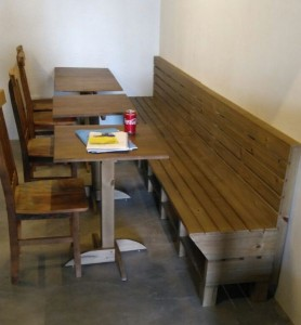 Banco de pallets para hambugueria, com mesas bistro