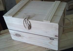 Caixa Bau pequeno - Modelo ripado com alca e fecho em corda - Acabamento Natural - Medidas 50 x 30 x 28cm