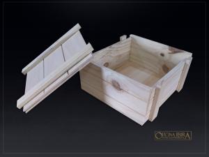 Caixa de Madeira modelo tampa de encaixe. Fabricada em madeira pinus, estilo ripada EXPORT. Acabamento natural.