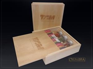 Caixa de madeira com tampa deslizante, Fabricada em madeira Pinus, Modelo com divisorias internas para tubetes de tempero . Acabamento natural