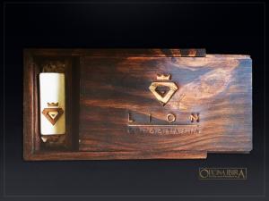 Caixa de madeira com tampa deslizante, PARA FOTOS, Fabricada em madeira Pinus, Modelo Com divisorias internas . Acabamento ENVELHECIDO com pers