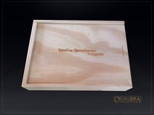 Caixa de madeira com tampa deslizante, PARA FOTOS, Fabricada em madeira Pinus, Modelo Com divisorias internas . Acabamento natural com personal
