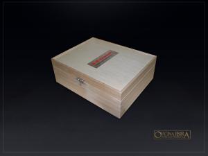 Caixa de madeira modelo . Fabricada em madeira Pinus, MODELO LISO com divisoria para TROFEU. Tampa articulada. Acabamento natural. Projeto KAWASAKI