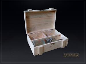 Caixa de madeira modelo EXPORT. Fabricada em madeira Pinus, com divisoria para 01 garrafa e 2 copos. Tampa articulada. Acabamento natural. Projeto VODKA