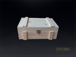 Caixa de madeira modelo EXPORT. Fabricada em madeira Pinus, tampa articulada. Acabamento natural. Projeto VODKA