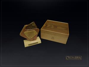 Caixa de madeira padrao luxo. Modelo fabricado em madeira Cedro com tampa em lamina de Pau Ferro. Acabamento Selado. Projeto GRUPO MARISTA