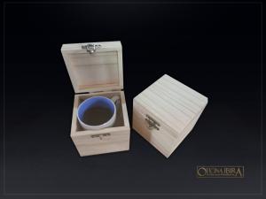 Caixa de madeira para caneca. Fabricada em madeira pinus. Modelo com tampa articuclada. Acabamento natural. Ref. Linkedin