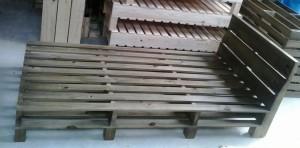 Cama de pallets - Modelo com ripamento duplo e cabeceira ripada - Acabametno castanho - Medidas 2,00 x 1,00 x 1,00m
