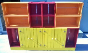 Estante colorida de caixotes - Modelo com portas e base