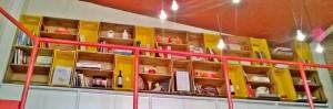 Estante de caixotes - Caixotes modelo reto, acabamento amarelo e castanho - Projeto loja Mediterrane