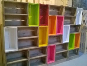 Estante de caixotes - Modelo com caixotes coloridos e castanhos (2)