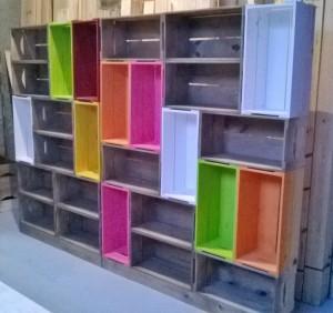 Estante de caixotes - Modelo com caixotes coloridos e castanhos