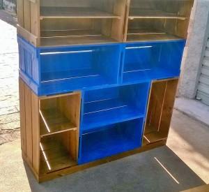 Estante de caixotes - Modelo com caixotes p40 , acabamento castanho e azul, com prateleiras e base