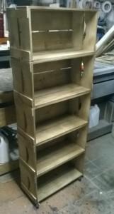 Estante de caixotes, modelo com 5 caixotes retos, acabamento castanho e base com rodizios