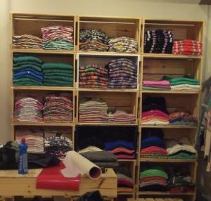 Estante de caixotes para roupas - padrao 32 - acabamento natura- projeto loja lenner