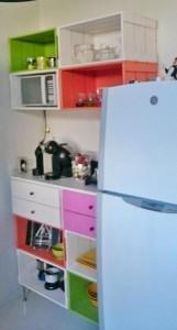Estante e balcao para cozinha - Modelo com 10 caixotes coloridos, 4 gavetas, tampo e pes metalicos - Caixotes P40