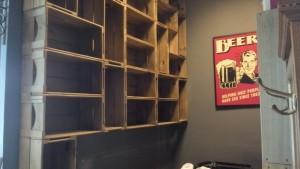 Estante modular com caixotes - Caixote Retos P26 - Acabamento Mel - Barbearia Corleone