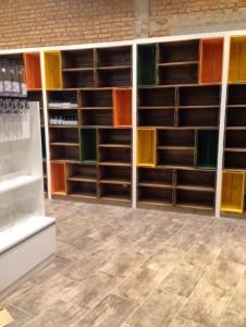 Estante modular de caixotes, acabamento tabaco intercalado com caixotes coloridos - projeto loja Naturalissimo
