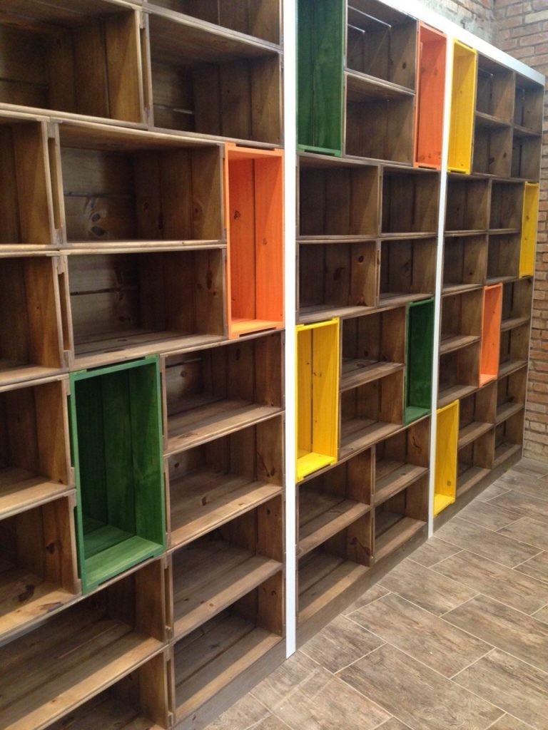 Estante modular de caixotes, acabamento tabaco intercalado com caixotes coloridos - projeto loja Naturalissimo (4)