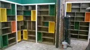 Estante modular de caixotes, acabamento tabaco intercalado com caixotes coloridos - projeto loja Naturalissimo (6)