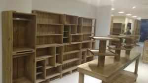 Estante modular de caixotes e Mesa expositor - Projeto loja petshop GOLDEN FRIEND FOREVER