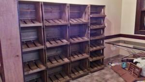 Expositor de caixote com prateleiras inclinadas - Modelo com acabamento Tabaco - Loja de produtos naturais