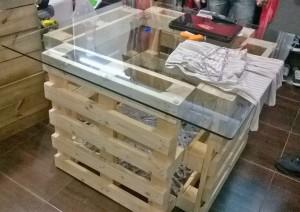 Mesa com base de pallets e tampo de vidro