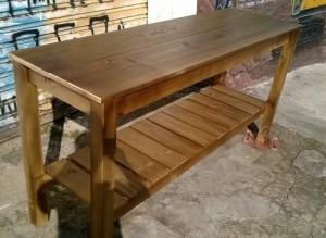 Mesa com prateleira inferior - Modelo ''Emporio'' acabamento castanho com verniz
