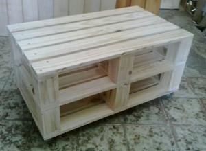 Mesa de Centro de Pallets Duplos - Modelo com pontaletes - Acabamento Natural - Com Rodizios - Medidas 70x50cm