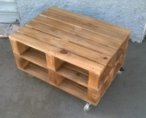Mesa de centro de pallets - acabamento castanho - rodizios de silicone 100mm