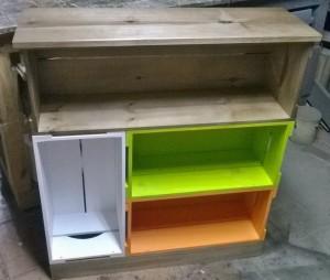 Movel de caixotes, modelo com 4 caixotes em acabamento castanho e colorido