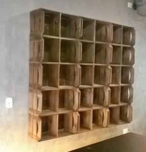 Nichos de caixotes para loja - Modelo com caixotes e divisorias para expositor de roupas - caixote modelo chanfrado - acabamento castanho