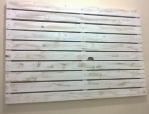 Painel ripado para TV - acabamento em patina branca