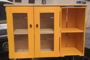 Rack de Caixotes - Modelo com porta cristaleira, 3 caixotes - Acabamento Natural e Amarelo - Medidas 0.90 x 0,70 x 0,35m