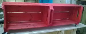 Rack de caixotes - Modelo basico com 2 caixotes chanfrados, acabamento vermelho e base com rodizios