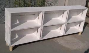 Rack de caixotes - Modelo com 6 caixotes retos e pes de madeira - Acabamento pintura branca - Medidas 1,80 x 0,70 x 0,26m
